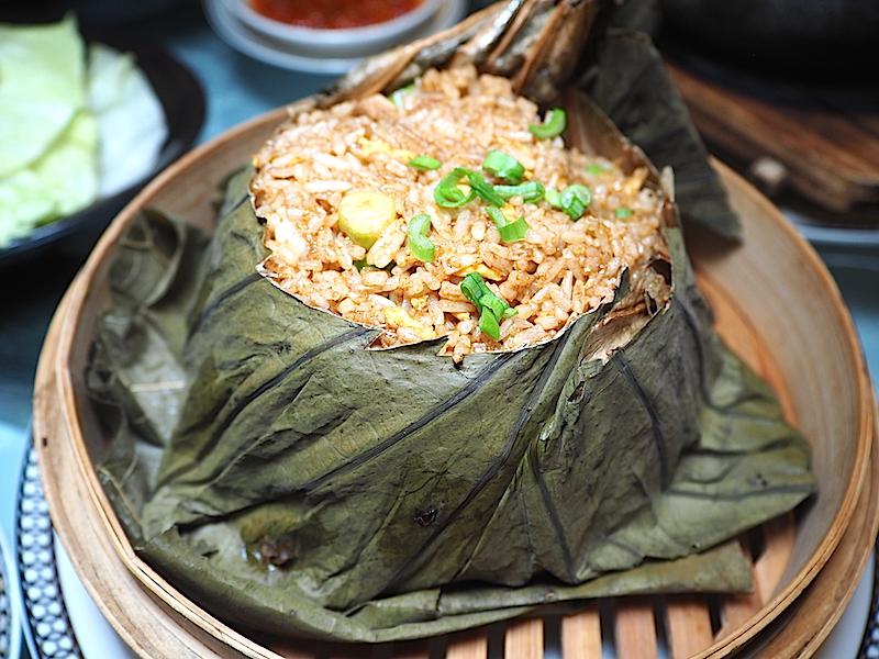 Nilüfer çiçeği yaprağına sarılmış tavuk, karides ve fırında pişirilmiş ördekli kızarmış pilav