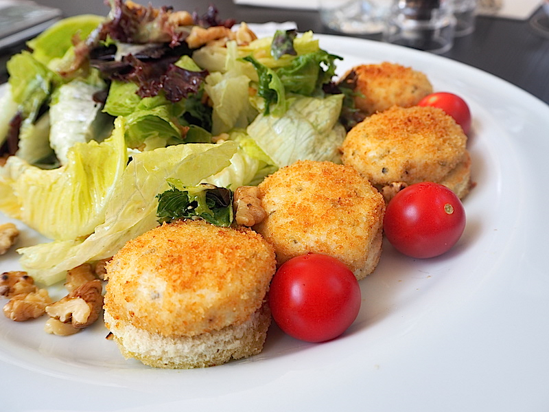 Ilık Keçi Peynirli ve Cevizli Salata